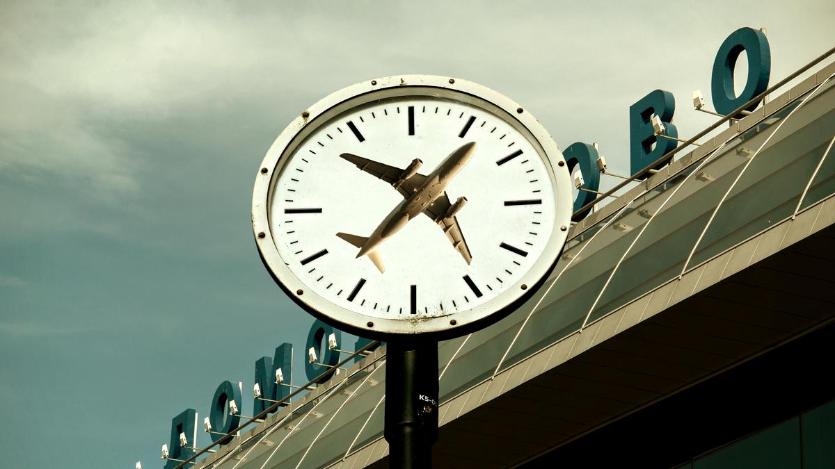 airport clock - السفر و الإرهاق: طرق تجنب إرهاق السفر الناتج عن إختلاف التوقيت