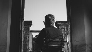 grayscale photography of man sitting on wheelchair 3044623 390x220 - الأمراض و السفر: التعامل مع الحالات المرضية في السفر